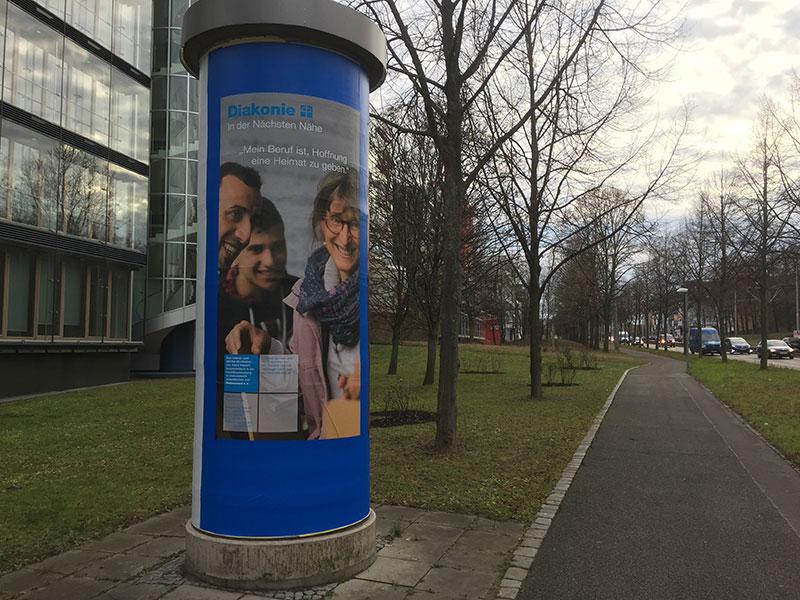 """Die Diakonieplakate mit dem Slogan: """"In der Nächsten Nähe"""" – hier das Motiv aus der Flüchtlingshilfe"""