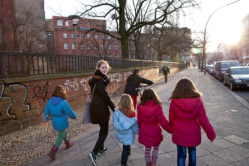 Freiwillige Helfer bringen Kinder quer durch die Stadt von der Notunterkunft zum Sportunterricht. © Kathrin Harms & Esteve Franquesa