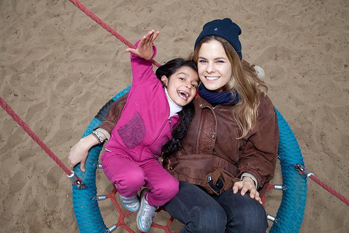Pia Walter und Anna Maria (6). Die junge Frau kuemmert sich einen Tag in der Woche um Fluechtlingskinder, die in der Zeughofstrasse in Berlin-Kreuzberg wohnen © Kathrin Harms & Esteve Franquesa