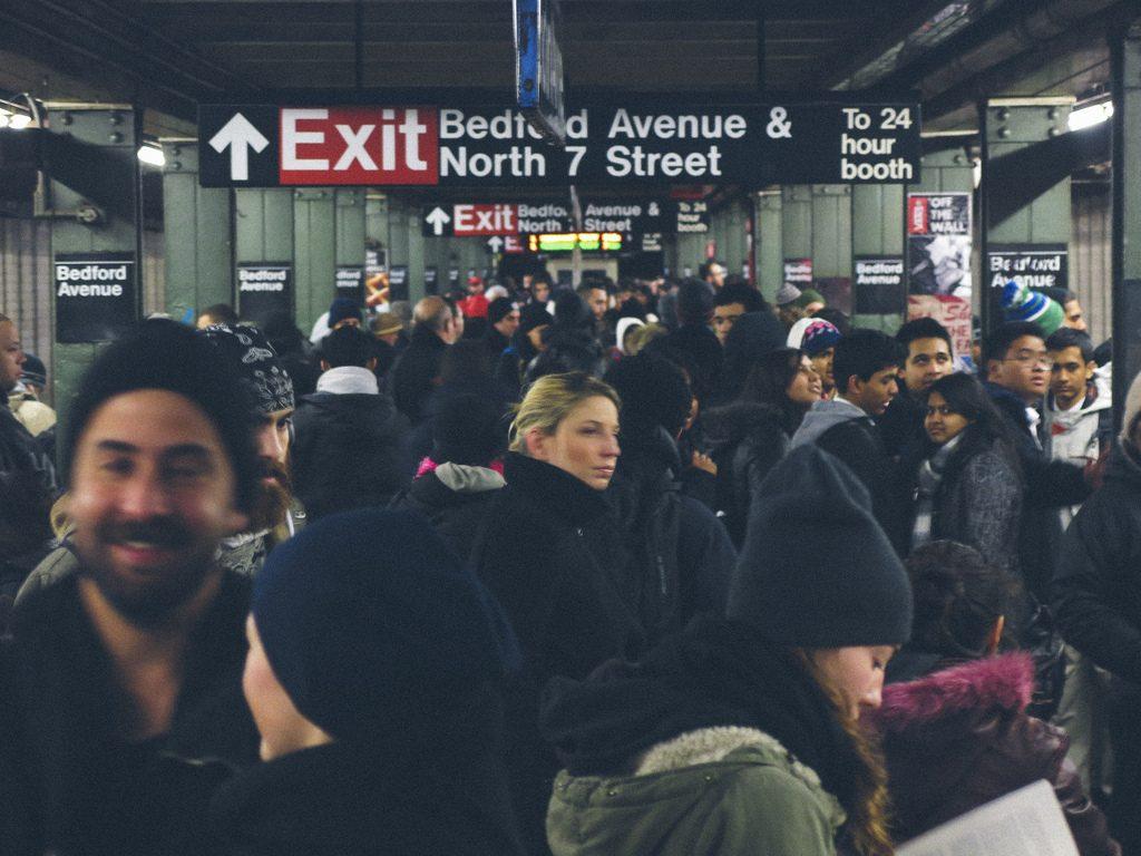 Viele Menschen warten zur Hauptverkehrzeit auf einem U-Bahngleis in New York City © Chris Ford unter CC 2.0 via