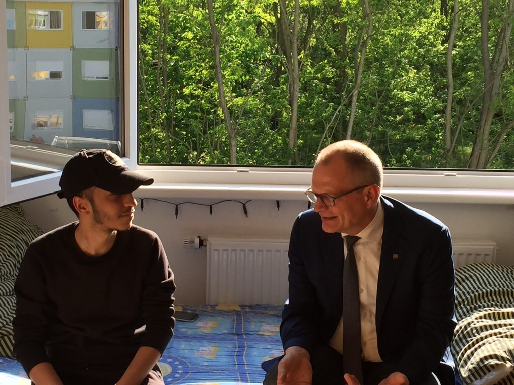 Ahmed aus Syrien und Diakonie Präsident Ulrich Lilie unterhalten sich