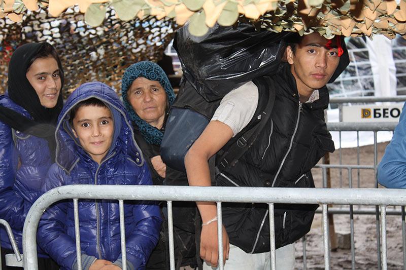 Familie bei der Registrierung in einem serbischen Flüchtlingslager © Anieke Becker