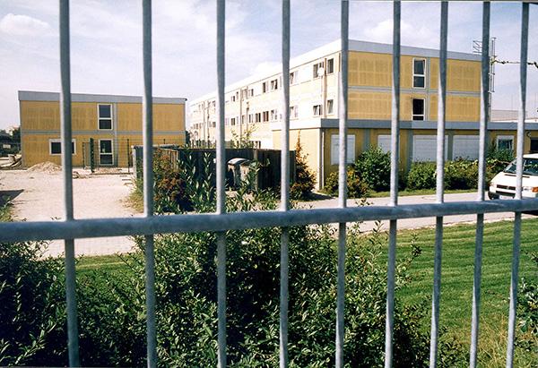 Ein Gebäude davor steht ein Zaun