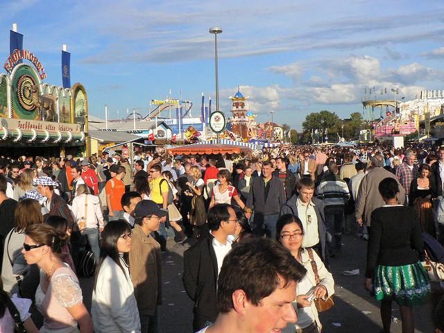 Viele Menschen auf dem Oktoberfest