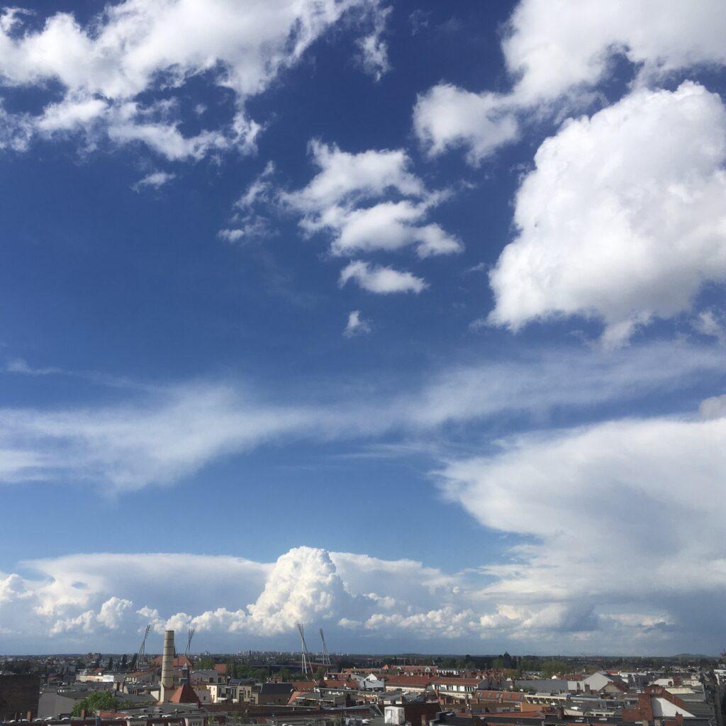 Turmaussicht: Blauer Wolkenhimmel
