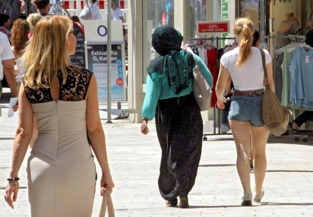 Frauen in sommerlicher Fußgängerzone